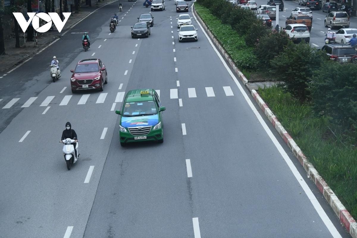 Xe buýt, taxi Hà Nội vắng khách trong ngày đầu hoạt động trở lại