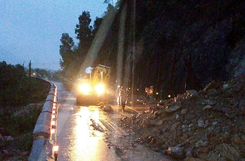 Nhiều thủy điện ở Nghệ An đồng loạt vận hành xả lũ ngày 14/10, rú Nguộc tiếp tục sạt lở do mưa lớn