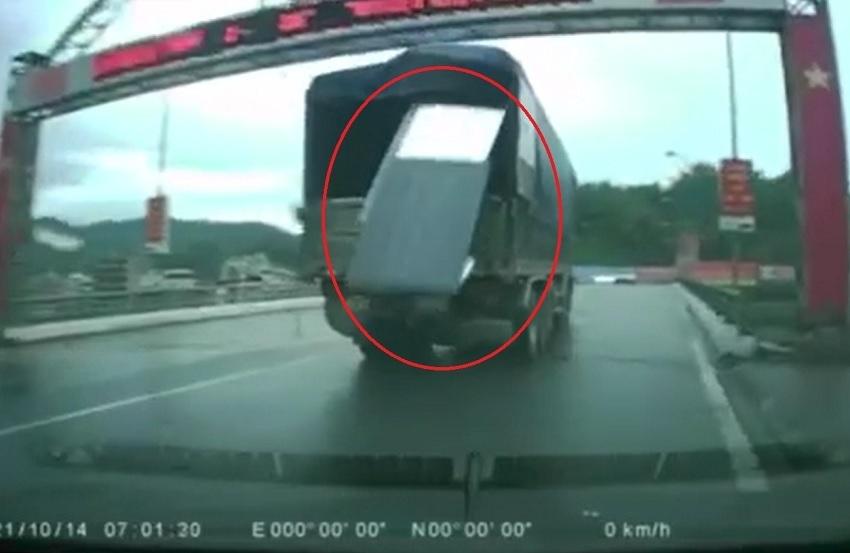Dựng tóc gáy nhìn các tấm tôn bay khỏi thùng xe tải, dân mạng chỉ trích tài xế quá cẩu thả