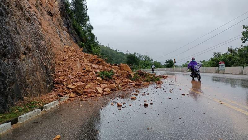 Di dời hàng nghìn khối đất đá sạt lở trên Quốc lộ 8A, đường lên cửa khẩu Cầu Treo thông tuyến
