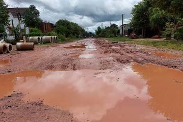 Đắk Lắk: Đường vào xã biên giới biến thành 'sông' mỗi khi mùa mưa đến