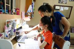 Bố mẹ vừa đi làm vừa xoay xở đủ cách cho con học trực tuyến