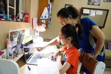 Bố mẹ vừa đi làm vừa xoay sở đủ cách cho con học trực tuyến