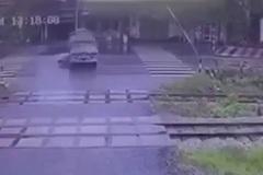 Xe máy phóng như bay qua ngã tư tông thẳng vào xe tải, tài xế nguy kịch