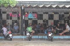 Người dân Đà Nẵng phấn khởi ăn sáng, uống cà phê khi hàng quán được mở cửa