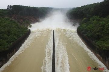 Hà Tĩnh mưa to, nước đổ về nhiều, hồ Kẻ Gỗ bắt đầu xả tràn