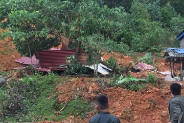 Mưa lớn ở Hòa Bình, sạt lở đất làm sập nhà, 1 người chết, 3 người bị thương