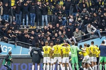 Video 'kinh hoàng' khán đài chật kín người hâm mộ bóng đá đổ sập ở Hà Lan