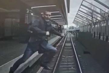 Kinh hoàng người đàn ông 'phi thân' trước mũi tàu hỏa đang chạy