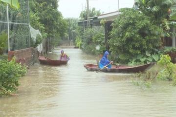 Hà Tĩnh: Triều cường đạt đỉnh sau mưa lớn, hàng trăm ngôi nhà ngập sâu, người dân chèo thuyền để di chuyển