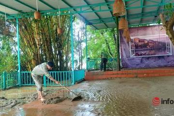 Người dân Quảng Nam hối hả dọn dẹp nhà cửa khi nước lũ vừa rút