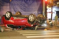 Ô tô húc gãy đôi trụ đèn chiếu sáng rồi lật ngửa, 2 người bị thương, nhiều nhà dân mất điện