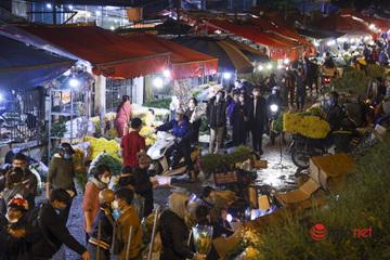 Chợ hoa lớn nhất Hà Nội đông khách bất ngờ trước ngày 20/10