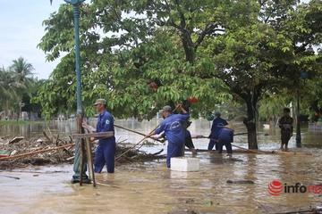 Người dân phố Hội An tất bật dọn bùn non, rác thải sau mưa lũ