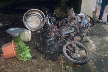 Hà Tĩnh: 'Ma men' đập phá đồ đạc, thiêu rụi 3 chiếc xe khi vợ sợ hãi chạy trốn