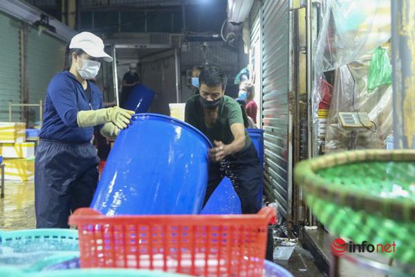 Chợ Long Biên mở cửa, tiểu thương phấn khởi bán hàng từ nửa đêm