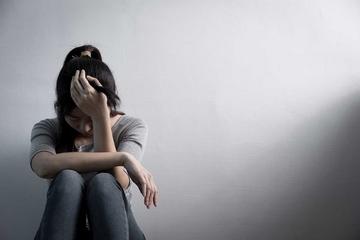 Nữ sinh cắt tay vì áp lực học trực tuyến, sợ hãi vì kỳ vọng