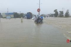 Mưa lớn, nhiều đoạn Quốc lộ 1A qua Quảng Nam 'chìm nghỉm' giữa biển nước