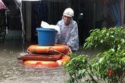 Mưa lớn, ngập sâu kỷ lục, người dân xứ Quảng hối hả chạy lụt