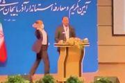 Quan chức Iran bị người lạ xông lên sân khấu tát mạnh vào mặt