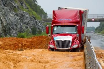 Cao tốc, đường sắt qua miền Trung tê liệt vì mưa lũ