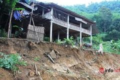 Hàng chục hộ dân thấp thỏm dưới chân núi nứt toác cả năm, cứ mưa là phải đi lánh nạn
