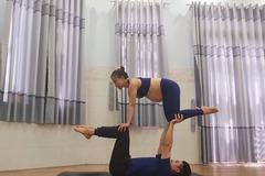 Những tư thế yoga cùng chồng đẹp 'lắc mắt' của mẹ bầu 35 tuần