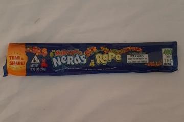13 học sinh ngộ độc vì ăn kẹo có chữ lạ