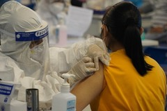 Vì sao sau tiêm vắc xin nhiều phụ nữ bị rụng tóc, 'chậm' chu kỳ?