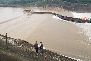 Tàu chở đoàn cán bộ gặp nạn trên sông Thạch Hãn, một người bị nước cuốn trôi mất tích