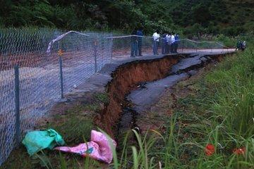 Đường sụt lún nghiêm trọng sau mưa lớn, nửa mặt đường phải rào lưới tránh tai nạn