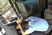Tài xế xe buýt bị khách hành hung bất tỉnh ngay tại ghế lái
