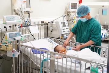 Bé trai bị hoại tử bộ phận sinh dục vì đắp lá chữa nhọt