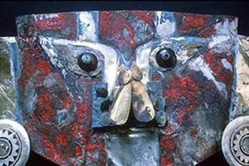 Vết máu bí ẩn dính trên mặt nạ vàng 1.000 năm tuổi